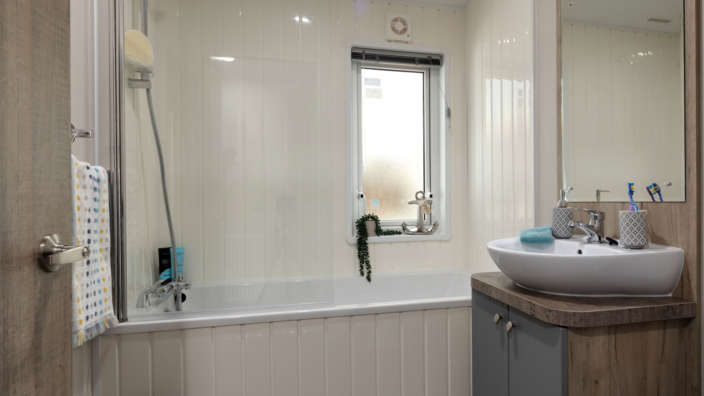 8.Willerby-Clearwater-Family-Bathroom