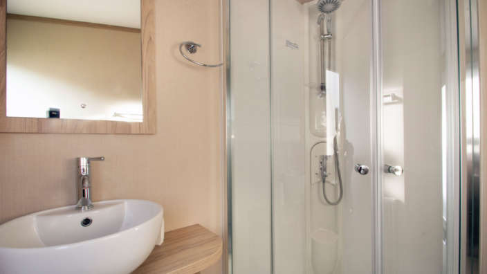 Regal-Sandringham-bathroom-with-shower-Shorefield-Country-Park