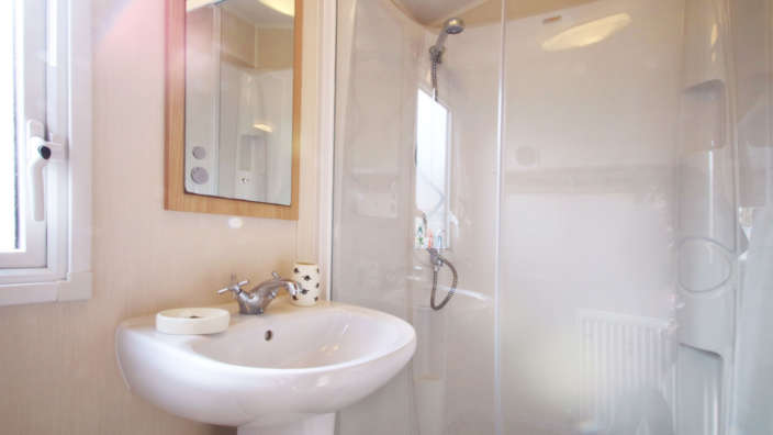 Willerby-Aurora-Preowned-bathroom-with-shower