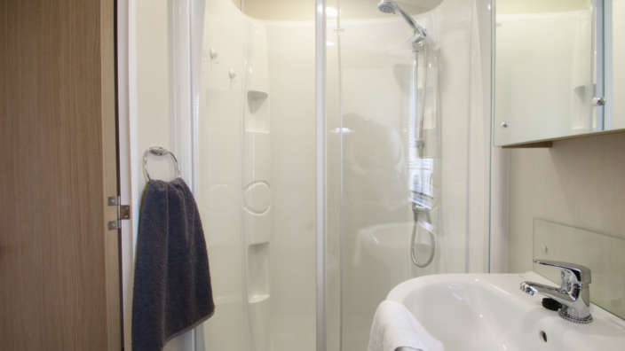 Willerby-Brockenhurst-Preowned-caravan-bathroom-wilksworth-caravan-park