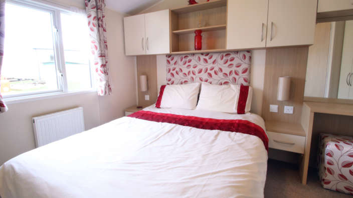Willerby-Brockenhurst-Preowned-caravan-master-bedroom-wilksworth-caravan-park