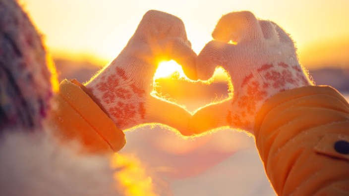 Winter-hands-gloves-heart-widescreen