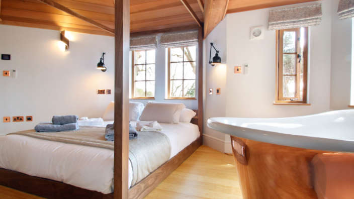 Review treehouse accommodation