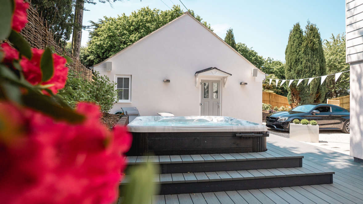2 Relax In The Luxurious Hot Tub In The Private Garden