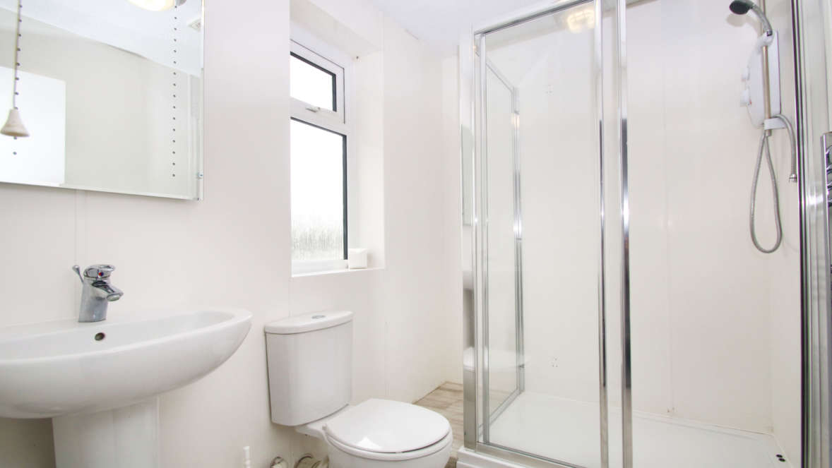 The Burrow ensuite bathroom with shower in master double bedroom