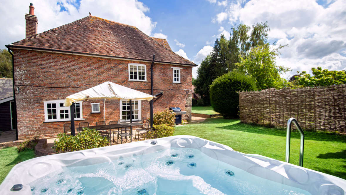 Houses with hot tubs in Dorset Tudor Rose House