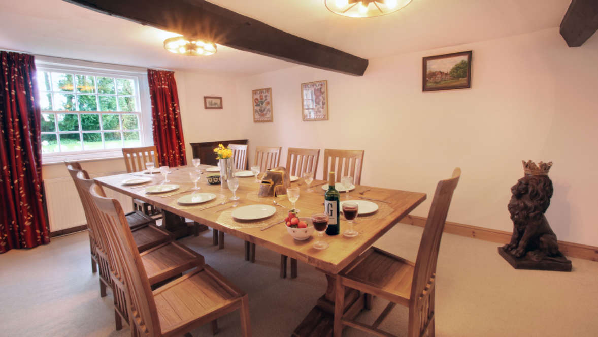 Tudor-Rose-House-dining-room-with-statue