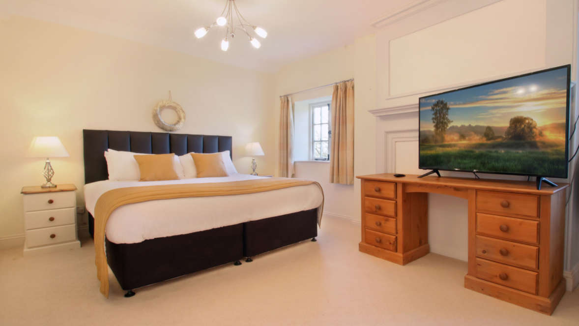 Tudor-Rose-House-spacious-double-bedroom-with-TV