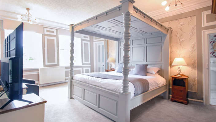 Tudor Rose House with four poster bed