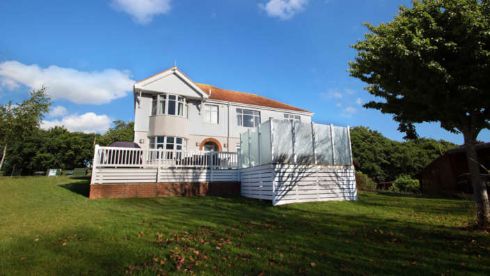 Exterior-of-Wisteria-House-set-in-Shorefield-Country-Park