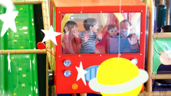 Family-playing-in-Georges-Spaceship-indoor-playzone