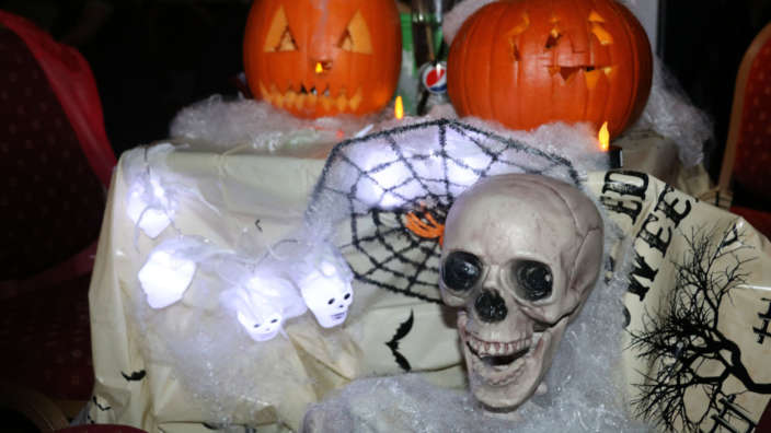 Halloween-decorate-your-own-table