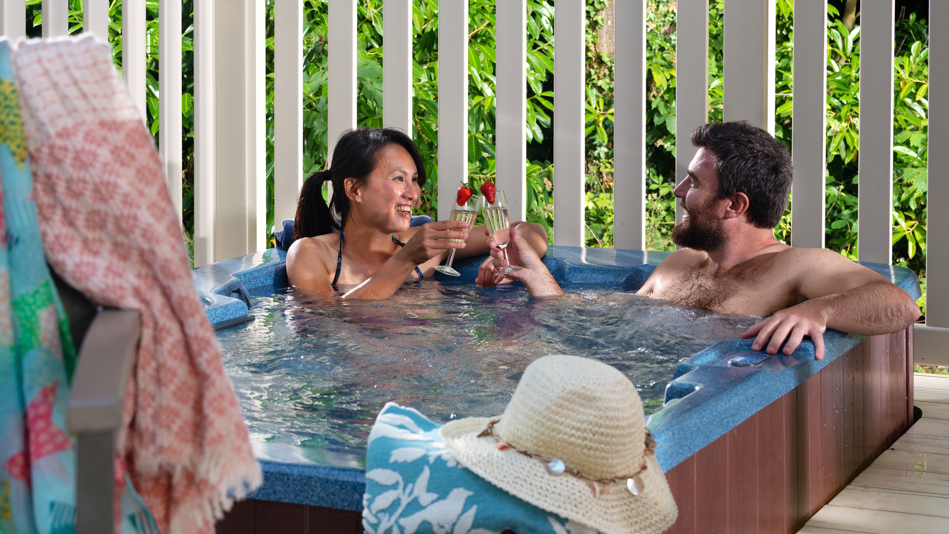 Romantic-hot-tub-breaks-in-dorset-and-new-forest-champagne