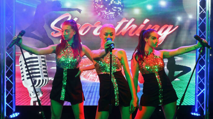 Shorething-girl-band-performing-on-stage