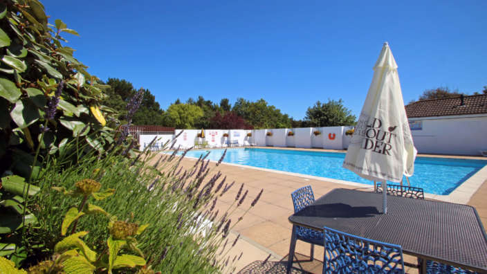 Shorefield-Country-Park-outdoor-swimming-pool-summer