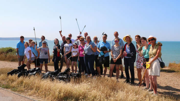 Volunteers-at-the-Shorefield-Holidays-Beach-Clean
